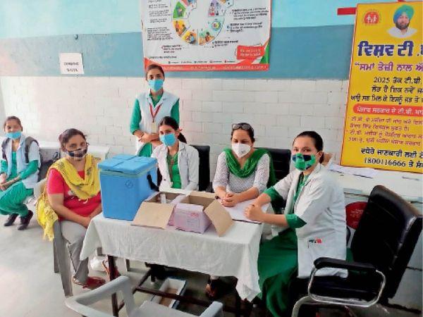 सीवीसी गुरदासपुर में महिला को टीका लगाती स्वास्थ्य टीम। - Dainik Bhaskar