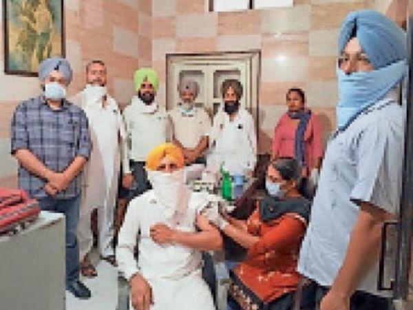 सब्जी मंडी में टीकाकरण कैंप में वैक्सीन लगाते सेहत कर्मी। - Dainik Bhaskar