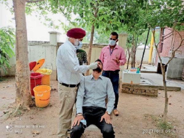 सैंपलिंग करते सेहत विभाग के कर्मचारी। - Dainik Bhaskar