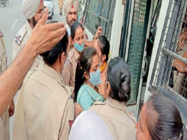 बेरोजगारों को हिरासत में लेने के बाद जबरी बसों में बैठाते पुलिस कर्मचारी। - Dainik Bhaskar