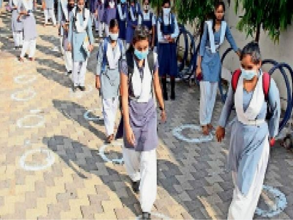 सरकारी स्कूल की छात्राएं।  (फाइल फोटो) - Dainik Bhaskar