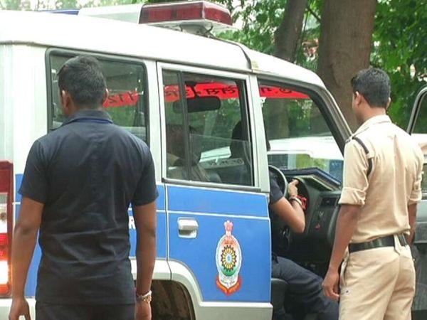 रायपुर पुलिस की टीम ने शनिवार देर रात युवकों को हिरासत में लिया है। अब उन्हें बेंगलुरु भेजा जा सकता है। -फाइल फोटो। - Dainik Bhaskar