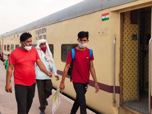रेलवे स्टेशन पर यात्री बिना मास्क नजर आते हैं। फाइल फोटो - Dainik Bhaskar