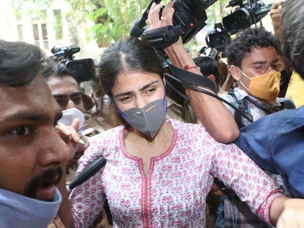 ड्रग्स मामले में रिया चक्रवर्ती को 8 सितंबर 2020 को गिरफ्तार किया गया था और 7 अक्टूबर 2020 को उन्हें बॉम्बे हाईकोर्ट से जमानत मिली थी।