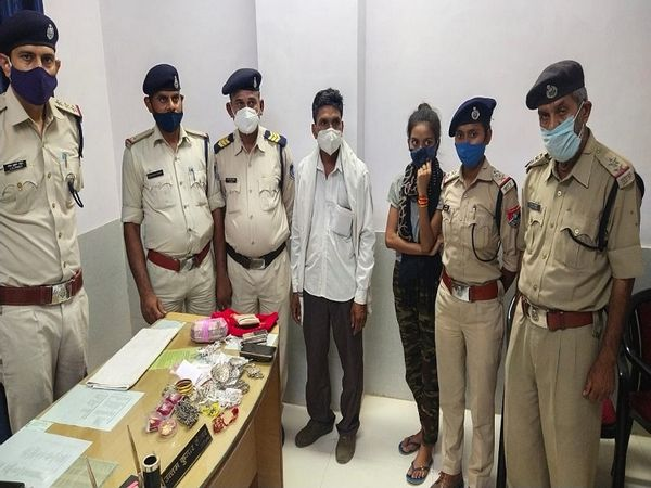 गश्त के दौरान आरपीएफ की टीम ने लड़की से पूछताछ की। उसके बैग में गहने और नकद रुपए निकले। - Dainik Bhaskar