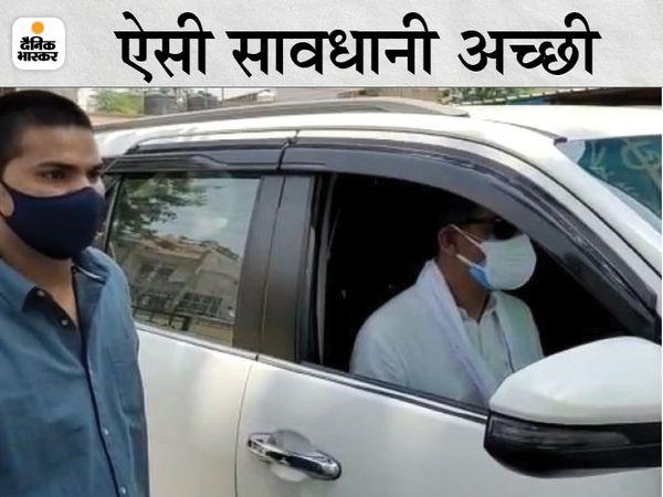 पूर्व केन्द्रीय मंत्री जितेन्द्र सिंह खुद कार चलाकर जाते हुए। - Dainik Bhaskar
