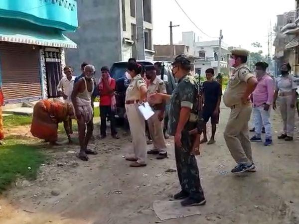 घटनास्थल पर जांच करती पुलिस - Dainik Bhaskar