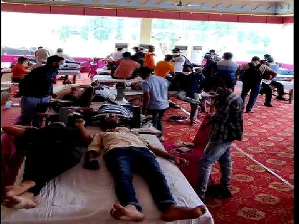 शिविर में रक्तदान करते हुए युवा - Dainik Bhaskar