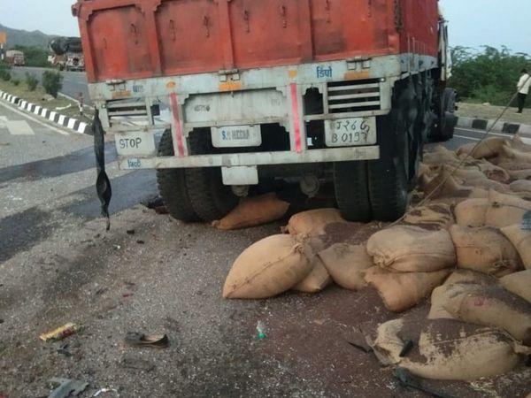 क्षतिग्रस्त ट्रेलर और सड़क पर बिखरी बोरियां। - Dainik Bhaskar