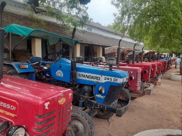 गिरोह के तीन सदस्यों से ये 18 ट्रैक्टर बरामद किए गए हैं। - Dainik Bhaskar