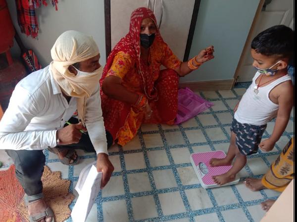 कोरोना की तीसरी लहर की आशंका के चलते जिले में मासूमों का स्वास्थ्य जांचा जा रहा है। - Dainik Bhaskar