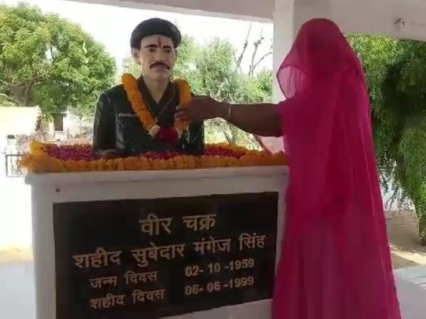 हरनावां स्थित शहीद स्मारक स्थल पर श्रद्धांजलि अर्पित करतीं वीरांगना पूर्व सरपंच संतोष कंवर। - Dainik Bhaskar