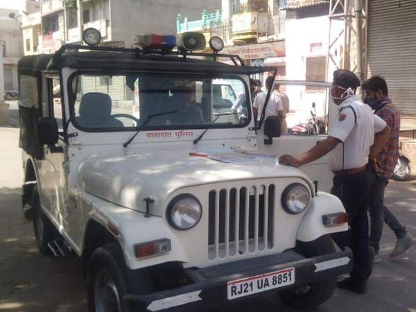 गाइडलाइन उल्लंघन करने वालों के चालान काटते हुए यातायात पुलिस। - Dainik Bhaskar