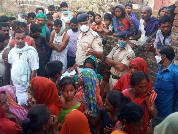 गांव में लोगों से पूछताछ करती हरलाखी पुलिस। - Dainik Bhaskar