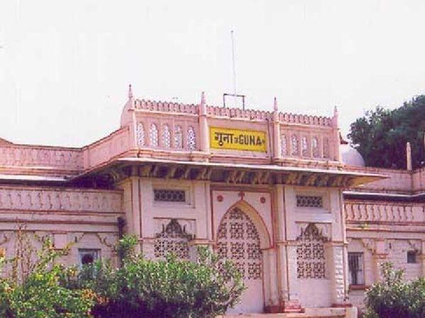 गुना स्थित रेलवे स्टेशन का फाइल फोटो। - Dainik Bhaskar