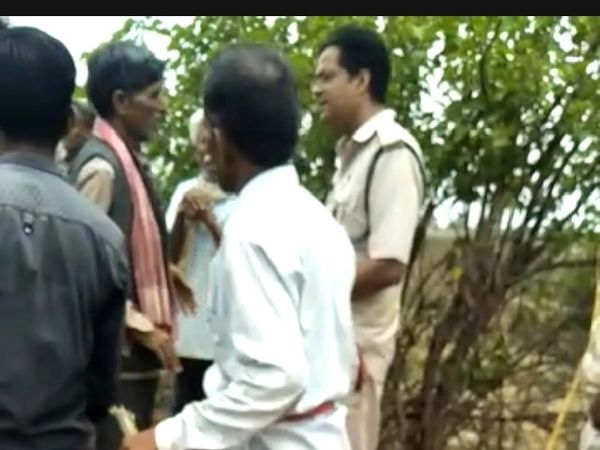 वन विभाग के अमले से गली गलौज करते ग्रामीण। - Dainik Bhaskar