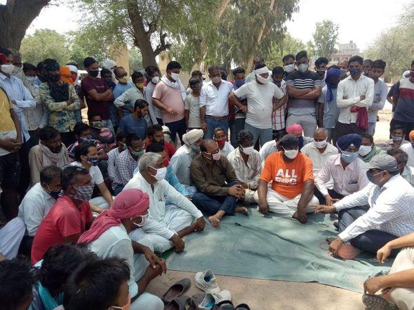 श्रीगंगानगर जिले के सादुलशहर में हत्या के आरोपियों की  गिरफ्तारी  की मांग  पर धरने पर बैठे परिजनों  से वार्ता  करते  अधिकारी। - Dainik Bhaskar