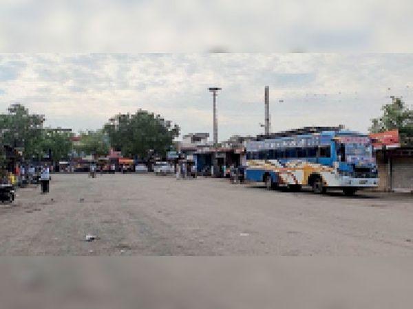 शहर के बस स्टैंड पर पहुंच रही इक्का-दुक्का यात्री बसें। - Dainik Bhaskar