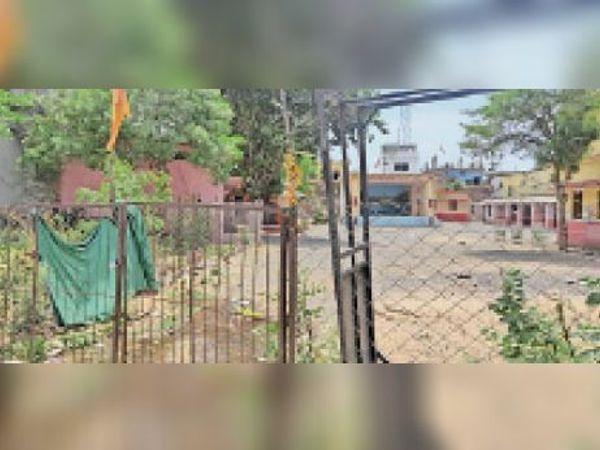 पुरानी कोतवाली का मेन गेट गिरने के बाद से परिसर खुला हुआ है। - Dainik Bhaskar