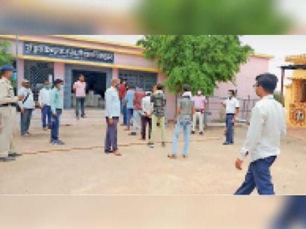 इस तरह वैक्सीन लगवाने को लेकर गांव में उत्साह देखा गया। - Dainik Bhaskar