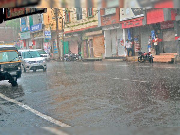 तेज बारिश के कारण शहर की सड़कों पर भी अधिकांश समय सन्नाटा रहा और केवल इक्का-दुक्का वाहन ही नजर आए। - Dainik Bhaskar