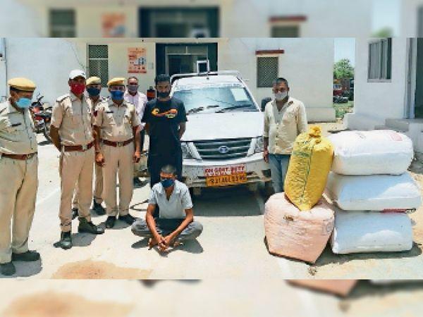 सरकारी वाहन में तस्करी करते पकड़ा डिस्काम का तकनीकी सहायक और बरामद डोडा-चूरा। - Dainik Bhaskar