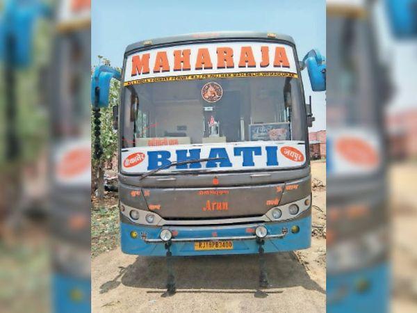 इस बस को जब्त कर लिया गया। - Dainik Bhaskar