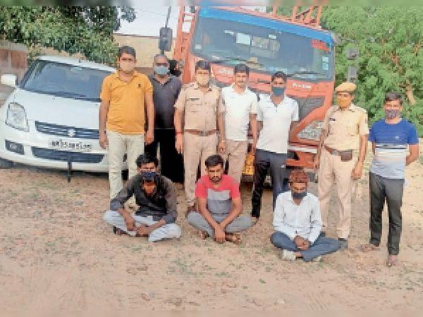 छापर. तस्करी के आरोप में गिरफ्तार आरोपी। जब्त एस्कॉर्ट कार व ट्रक। - Dainik Bhaskar