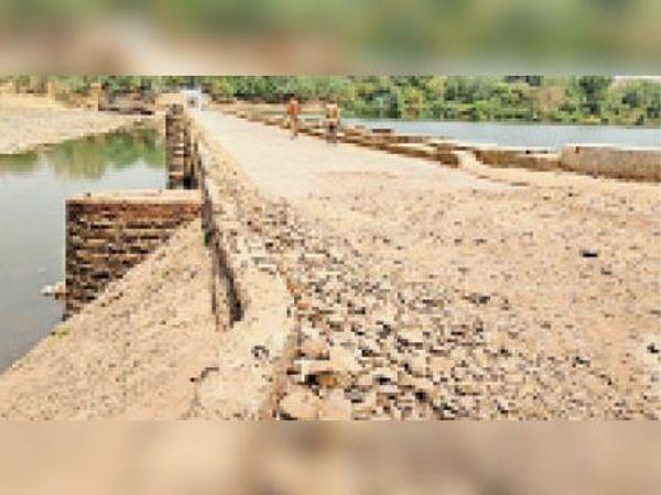 जर्जर हालत में लोगों की परेशानियां बढ़ा रहा नेवज नदी का छोटा पुल। - Dainik Bhaskar
