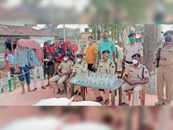 शराब के साथ पकड़े गए तस्करों के बारे में जानकारी देते डीएसपी। - Dainik Bhaskar