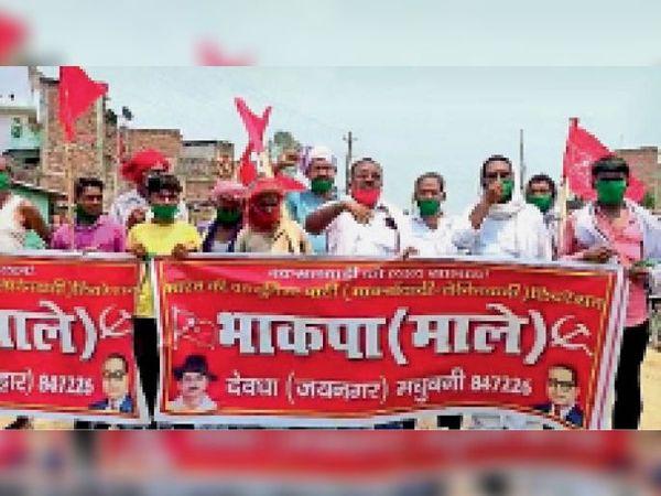 मांगों को लेकर एनएच जाम करते भाकपा-माले कार्यकर्ता। - Dainik Bhaskar