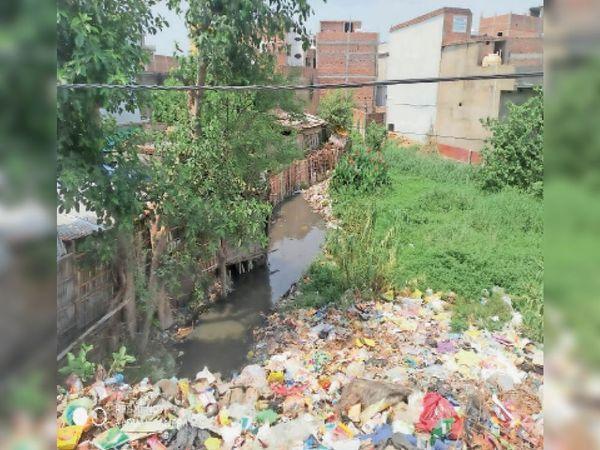 इस तरह घर बना लिए जाने व कचरे-जलकुंभी के कारण कमरा मोहल्ला स्लुइस गेट के पास जाम है नाला। - Dainik Bhaskar