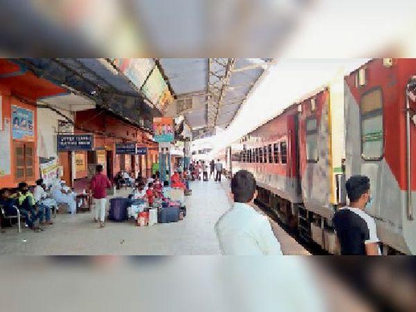 किऊल स्टेशन पर खड़ी दिल्ली जाने वाली ब्रह्मपुत्र, प्रतीक्षा करते यात्री। - Dainik Bhaskar