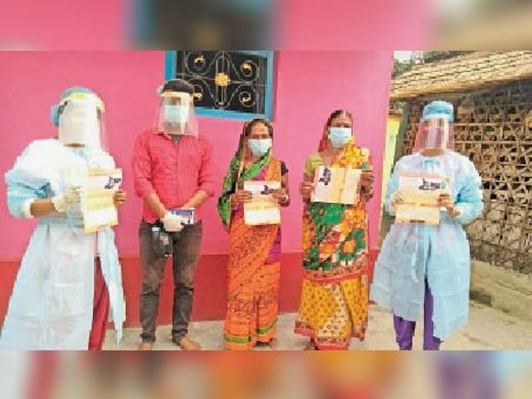 ग्रामीण क्षेत्र में लोगों को वैक्सीन के प्रति जागरूक करते अभाविप के सदस्य। - Dainik Bhaskar