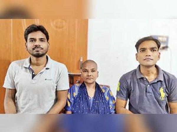 अपने दोनों भाई रजनीश और राकेश के साथ रिंकू सिंह। - Dainik Bhaskar