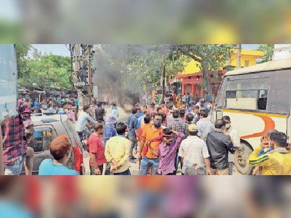 रविवार को पीएनटी चौक पर प्रदर्शन करते मृतक के परिजन व अन्य लोग। - Dainik Bhaskar