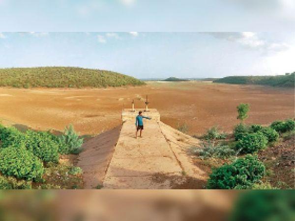 रमौआ बांध सिंधिया रियासत ने बनवाया था। इसकी जलभरण क्षमता 1400 करोड़ लीटर (ग्वालियर के लिए लगभग 61 दिन का पानी) है। बारिश में यह बांध पूरा भर जाता है, लेकिन मुरम वाली पथरीली जमीन की तली होने के कारण ये पानी धरती में समा जाता है। - Dainik Bhaskar