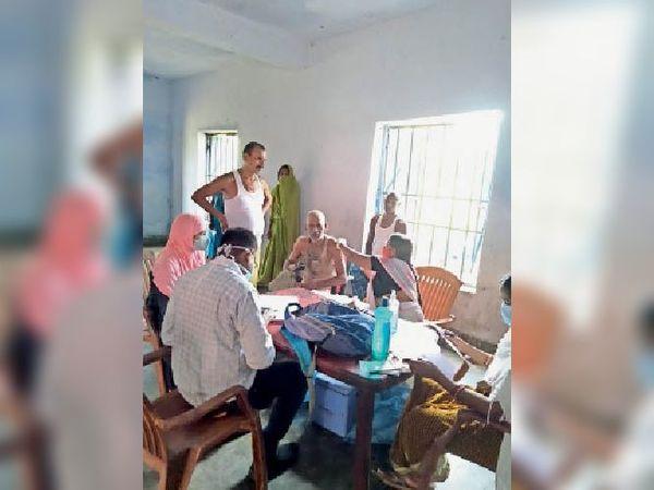 वैक्सीन देती स्वास्थ्य कर्मी। - Dainik Bhaskar