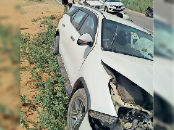 जेई धर्मवीर की बाइक को टक्कर मारने के बाद कार इस तरह खेत में घुस गई।(इनसेट) एक्सीडेंट के बाद रोड पर गिरी बाइक। - Dainik Bhaskar