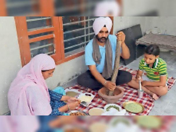 सुखपाल सिद्धू अपनी पत्नी के साथ काढ़ा प्रसाद तैयार करते हुए। - Dainik Bhaskar