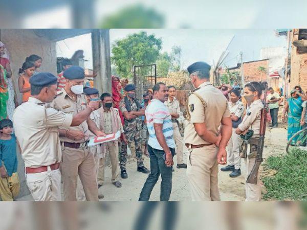 घटनास्थल पर मौजूद ग्रामीणों से पूछताछ करती पुलिस। - Dainik Bhaskar