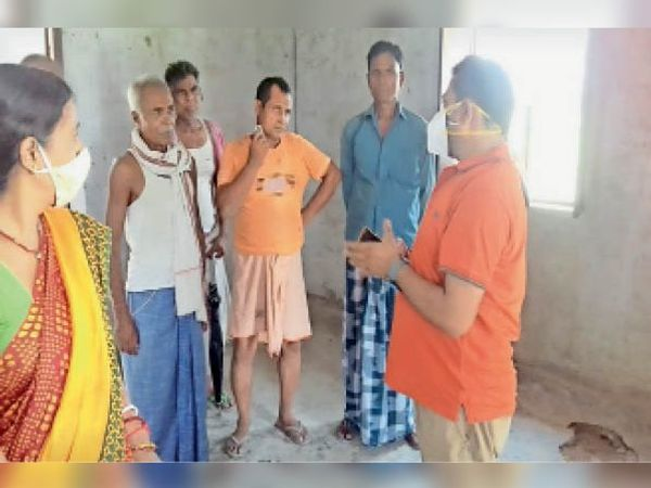 संग्रामपुर के भटवलिया में लोगों को समझाते बीडीओ। - Dainik Bhaskar