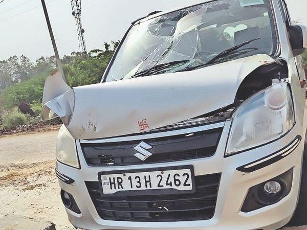 बोहर गांव के तालाब में कार के गिरने से क्षतिग्रस्त। - Dainik Bhaskar