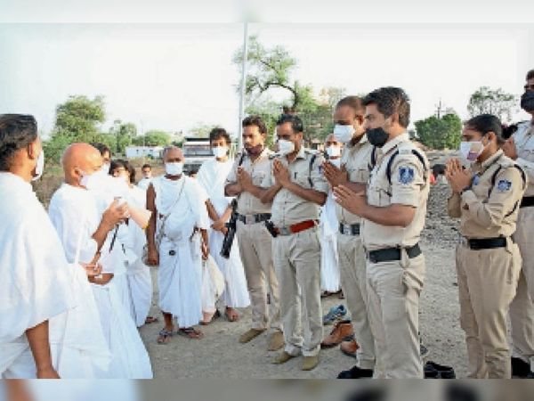 जिले में प्रवेश से पहले आचार्यश्री जहां से भी गुजर रहे हैं उनकी अगवानी कर हर कोई आशीर्वाद ले रहा है। - Dainik Bhaskar