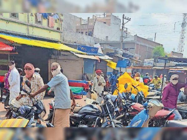 थांदला. बाजार में तिरपाल की दुकानें लग गई थी, बारिश को देखते हुए खरीदी करने ग्रामीण पहुंच गए थे। - Dainik Bhaskar