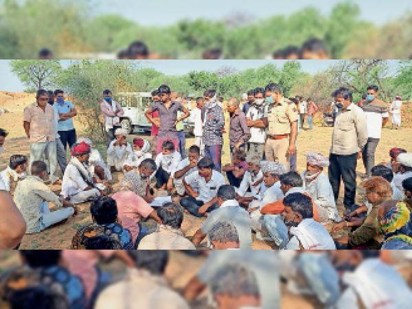 घटनास्थल पर परिजनों से वार्ता करती पुलिस। - Dainik Bhaskar