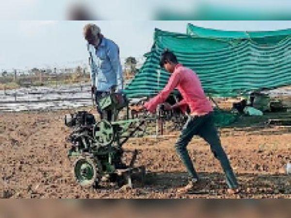 उम्र 55 साल, काम युवाओं से कम नहीं। - Dainik Bhaskar
