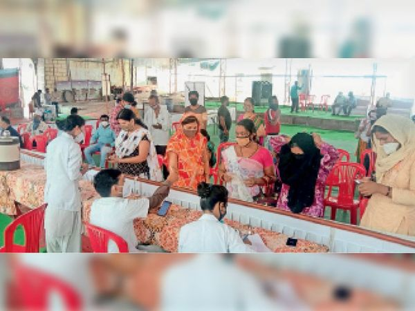 व्यापारी संघ के कोरोना टीकाकरण शिविर के दूसरे दिन काफी संख्या में लोग पहुंचे और टीका लगवाया। - Dainik Bhaskar