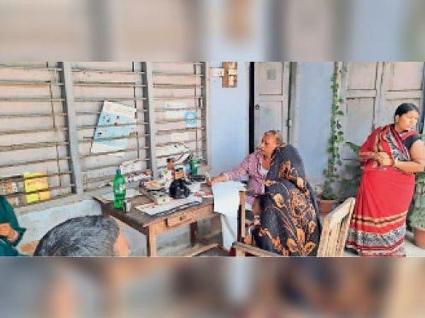 सरकारी आवास पर निजी क्लीनिक में मरीज देखते प्रभारी डॉक्टर। - Dainik Bhaskar
