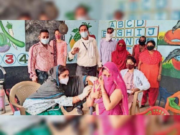 आलीराजपुर. रविवार को विभिन्न सेंटरों पर कोरोना से बचाव के लिए टीकाकरण किया गया। - Dainik Bhaskar